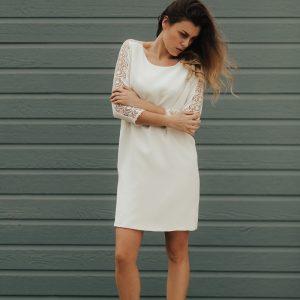 robe courte manches longues avec dentelle sur les manches